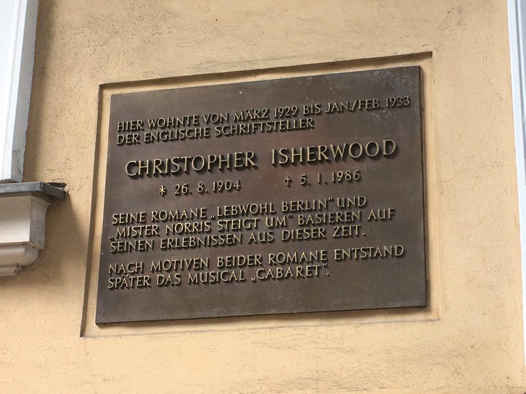 """Plaque: """"Hier wohnte der Englischer Schriftsteller Christopher Isherwood"""""""