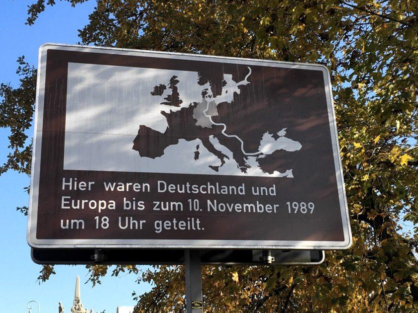 """Sign reading: """"Hier waren Deutschland und Europa bis zum 10. November 1989 um 18 Uhr geteilt."""""""