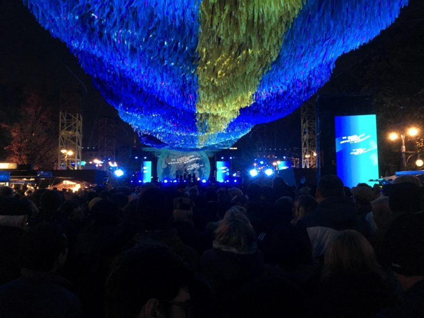 Crowds at the Mauerfall 30 concert, under the Visions in Motion sculpture