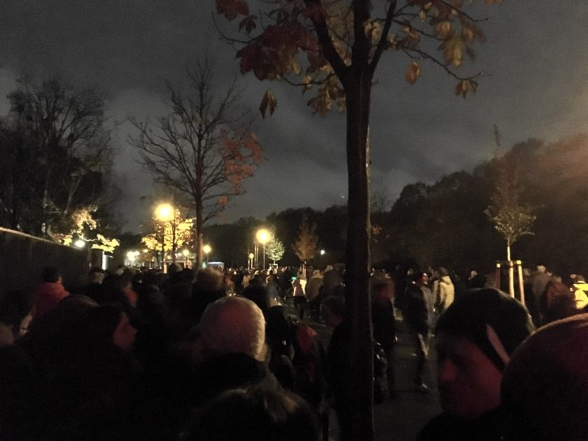 Photo of queue to get into Mauerfall 30 concert